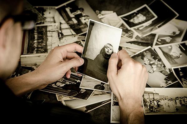 Fotograf sucht Bilder aus