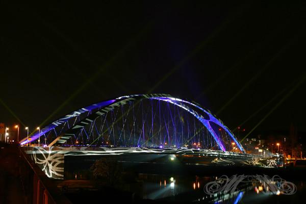Beleuchtete Honsellbrücke in Frankfurt (Luminale 2014)