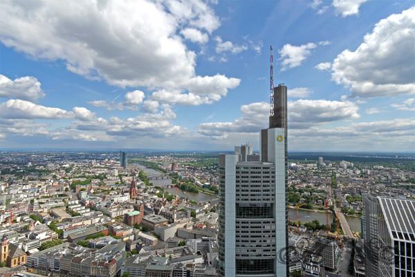 Frankfurt von oben: Blick auf den Commerzbank-Turm (Mai 2014)